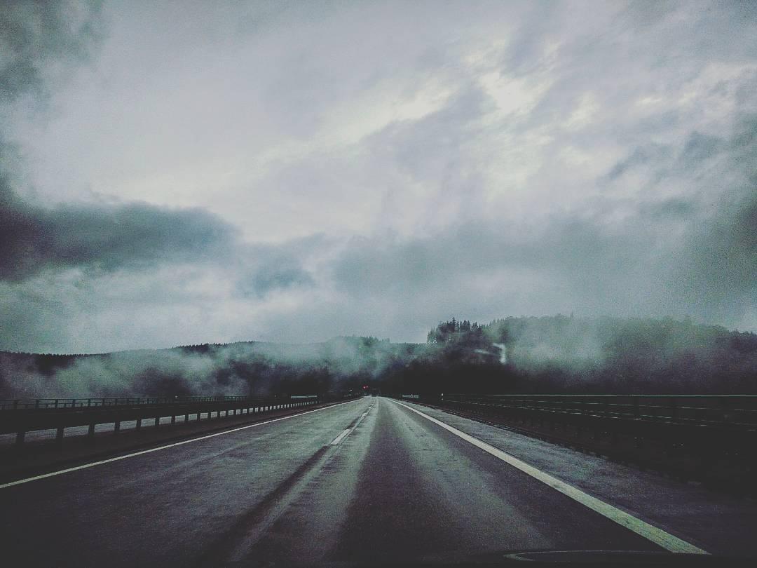 Wolken auf der Autobahn